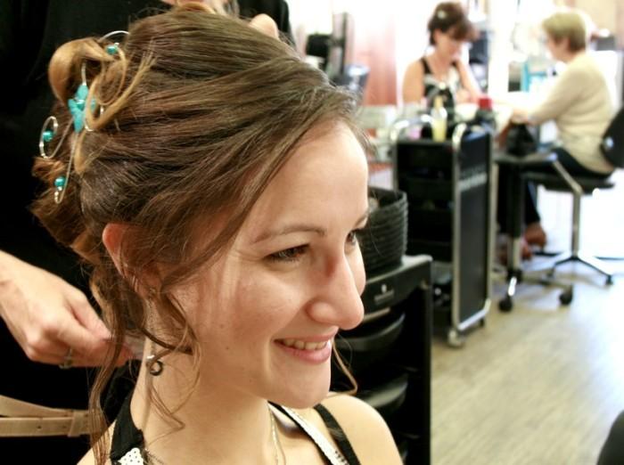 Kathleen, tous sourires, qui découvre sa coiffure une fois finie !